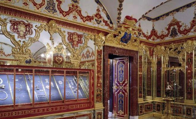 Сокровища сотни лет лежали в тайной комнате музея, пока ее случайно не обнаружили