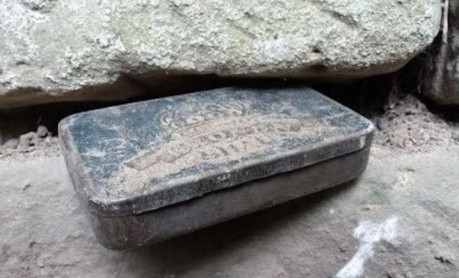 Коробку спрятали между камнями: черные копатели заметили в стене металлический ящик